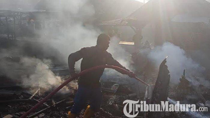 Kebakaran di Pasar Torjun Sampang, Dua Ruko Hangus Terbakar, Diduga Api Berasal dari Tumpukan Sampah