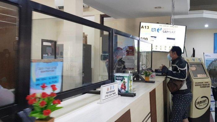 Suasana pelayanan pembayaran pajak kendaraan di kantor Sistem Administrasi Manunggal Satu Atap (Samsat) Kabupaten Sumenep, Jumat (16/7/2021).