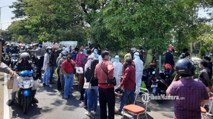 Suasana penyekatan di Jembatan Suramadu setelah sejumlah wilayah di Bangkalan diberlakukan lockdown, Minggu (6/6/2021).