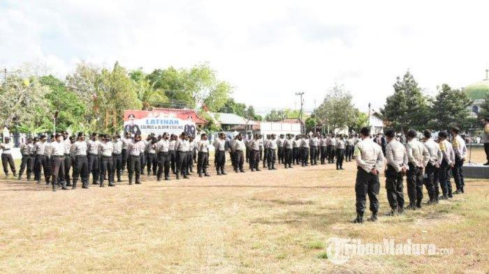 Suasana saat personel Polres Pamekasan menggelar latihan pengendalian massa (Dalmas) dan alarm stelling di lapangan apel eks Polwil Madura, Jalan Nyalaran, Kabupaten Pamekasan, Madura, Rabu (9/9/2020).