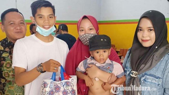Suasana saat petugas medis melakukan khitan kepada salah satu peserta di SD Plus Nurul Hikmah, Minggu (8/11/2020).
