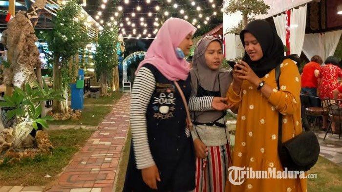 Suasana ramainya pengunjung Bani Food Court saat  malam hari.
