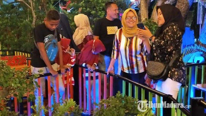 Suasana ramainya pengunjung Bani Food Court waktu malam hari.