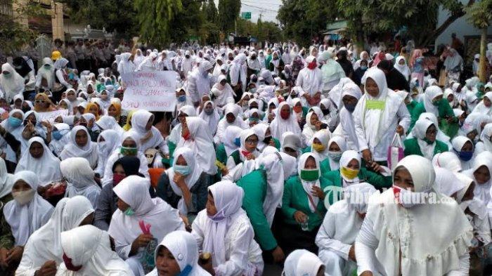 Muslimat NU Pamekasan Demo Mapolres, Minta Pelaku Ujaran Kebencian Ditangkap, Massa Berhasil Masuk