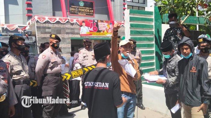 DEAR Jatim Demo Kantor Disdik Pamekasan, Usut Dugaan Pemotongan BOS dan BOP yang Dilakukan Oknum