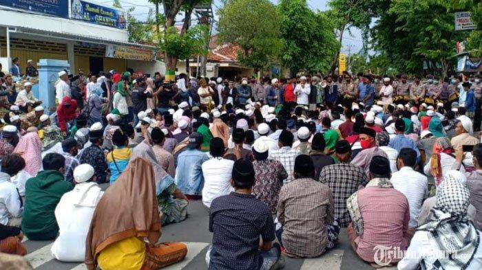 Suasana saat gabungan Umat Islam Pamekasan Madura ketika melakukan demo ke Polres Pamekasan, Selasa (1/12/2020)