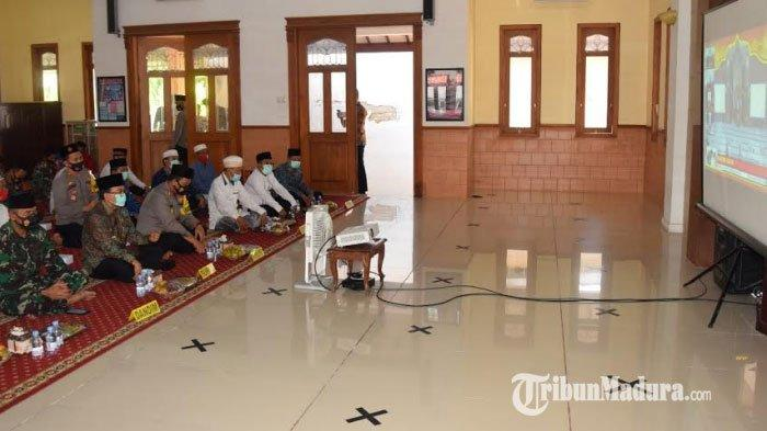 Suasana saat jajaran personel Polres Pamekasan mengikuti Khotmil Qur'an dan Do'a bersama di Masjid Baitul Amin Mapolres setempat, Kamis (19/11/2020).