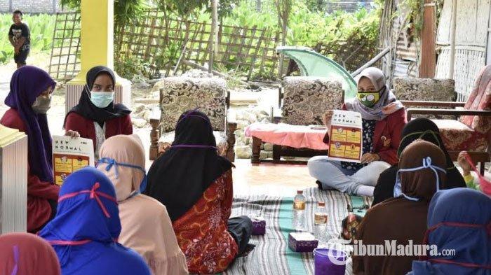 Cegah Penularan Covid-19, Mahasiswa PMM UMM Lakukan Edukasi pada Warga di Desa Tanjung Pamekasan