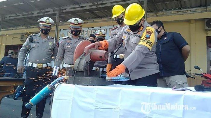 Hasil Dua Pekan Operasi Patuh Semeru 2020 di Sampang, Puluhan Knalpot Brong Dipotong Mesin Gerinda