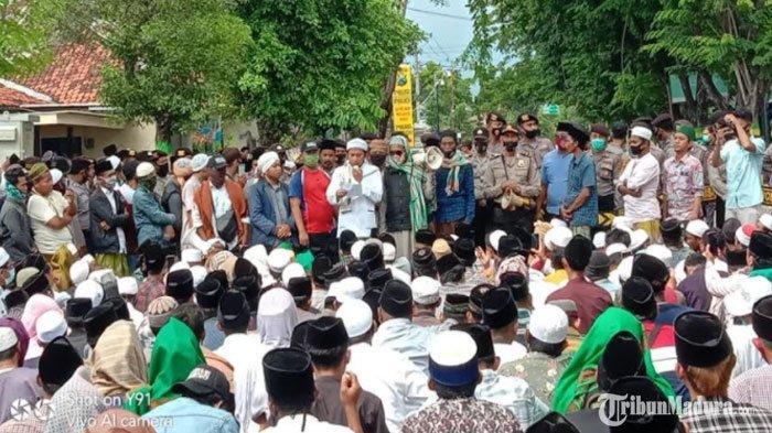 Suasana saat sejumlah massa melakukan demo ke Polres Pamekasan dan ke rumah Ibunda Mahfud MD di Jalan Dirgahayu Pamekasan, Madura, Selasa (1/12/2020) (TRIBUNMADURA.COM/KUSWANTO FERDIAN)