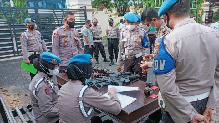 Antisipasi Penyalahgunaan, Wakapolres Pamekasan Cek Kondisi Senjata Api yang Dipegang Anggotanya