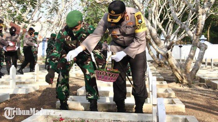 Hari Bhayangkara ke-74, Polres Sampang Gelar Upacara Ziarah Tabur Bunga di Makam Pahlawan