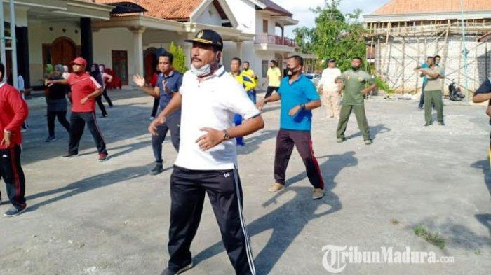 Suasana senam Forkopimcam, ASN di lingkungan Kecamatan Torjun, dan masyarakat setempat di Desa Kanjer, Kecamatan Torjun, Kabupaten Sampang, Madura, Jumat (16/10/2020).