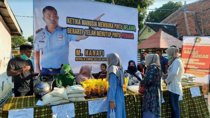 Suasana saat warga Pamekasan membeli paket sembako murah di halaman rumah dinas Pegawai Lapas Pamekasan, Madura, Rabu (21/4/2021) sore.