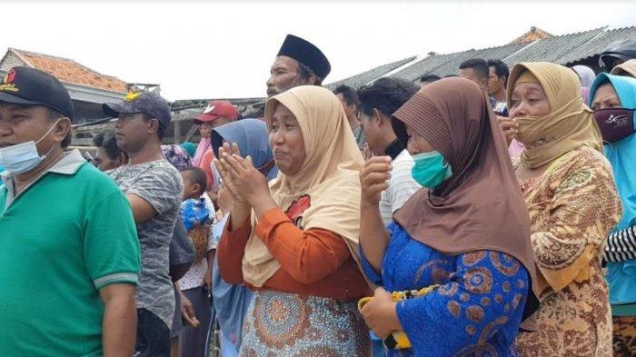 Suasana warga sedang menunggu korban hilang di Pelabuhan Ombul, Dusun Tarogan Desa Lobuk, Kecamatan Bluto, Kabupaten Sumenep, Senin (15/2/2021).