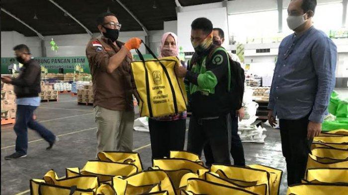 Pemprov Jatim Bagikan Paket Sembako untuk Warga yang Pulang Kampung dari Bali akibat Korban PHK