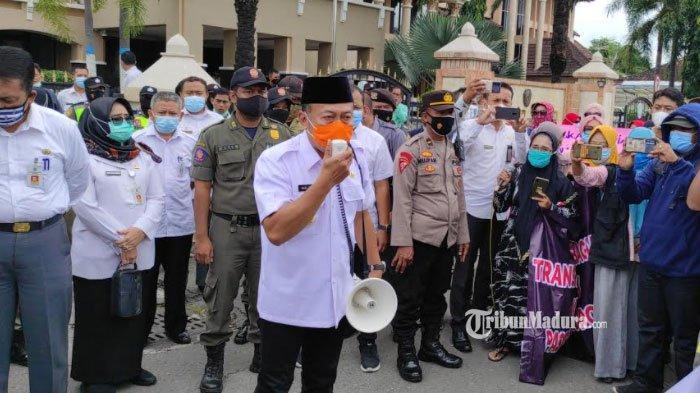 Massa Unjuk Rasa Pedagang Pasar Legi Ponorogo Ditemui Bupati, Sugiri Sancoko Siap Gelar Musyawarah