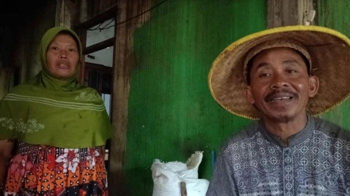 Sukati dan Gito saat diwawancarai mengenai musibah tanah longsor di Rumahnya