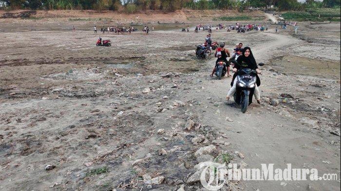 Air Bengawan Solo Mengering, Warga Tuban Nyeberang ke Bojonegoro Tak Perlu Lagi Perahu Tambang