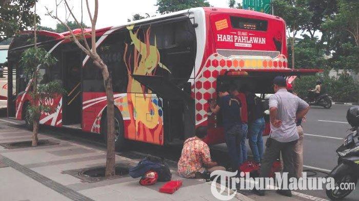Suroboyo Bus Mogok di Frontage Jalan Ahmad Yani,Penumpang Dialihkan ke Bus Lainnya
