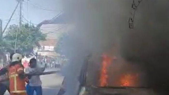 Diduga Korsleting Saat Menyalakan Mesin, Mobil APV Terbakar di Wonocolo Surabaya