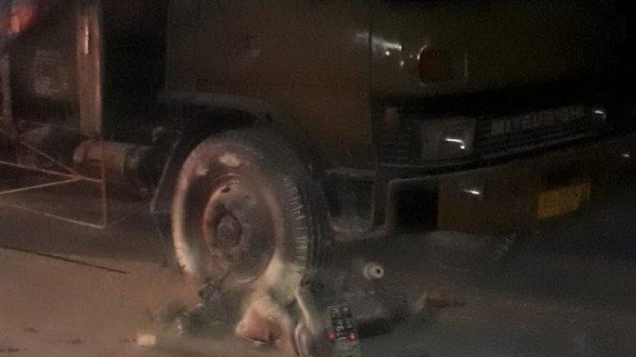 Keluar SPBU di Lamongan, Pemotor Tewas: Suzuki Shogun Terbakar & Ringsek Tak Berbentuk Digilas Fuso
