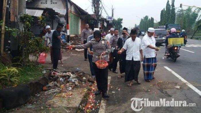 Empat Hari setelah Kecelakaan MautJalan Surabaya-Malang,Keluarga & Polisi Gelar Tabur Bunga di TKP