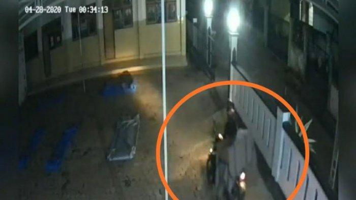 Hari ke-5 Ramadan, Pencuri di Tuban Ini Malah Gondol Kotak Amal Masjid, Aksinya Terekam CCTV