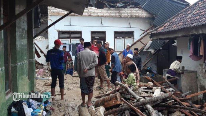 Sisa-sisa pecahan material dari reruntuhan bangunan asrama Santriwati di Pondok Pesantren Annidhamiyah Pamekasan paska tertimbun tebing tanah yang longsor, Rabu (24/2/2021).