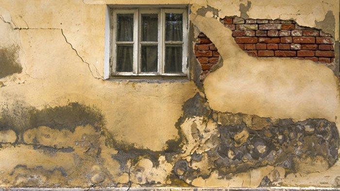 Suara Misterius Terdengar dari Balik Tembok Rumah Warga, Terlihat Sosok Pria Tua Merintih Terjepit