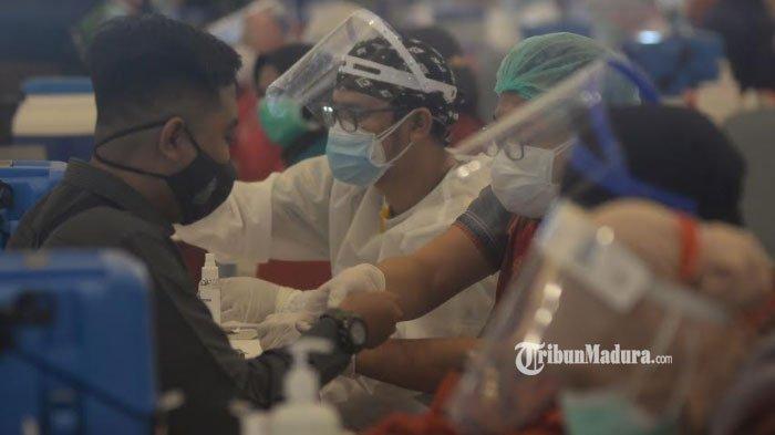 Tenaga kesehatan mengikuti Vaksinasi Covid-19 secara serentak serentak di Graha YKP Surabaya, Minggu (31/1/2021).