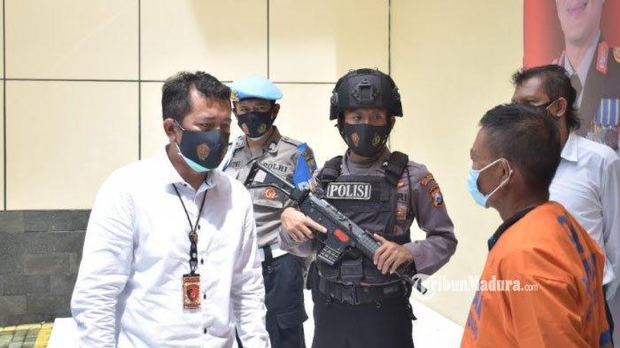 Tersangka penganiayaan di kamar rumah janda Desa Wonokupang, Kecamatan Balongbendo, Kabupaten Sidoarjo, Senin (8/2/2021).