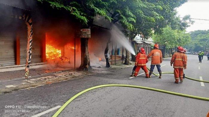 Akibat Korsleting Listrik, Kios Helm Kota Malang Terbakar, Pemilik Alami Kerugian Capai Rp 100 Juta