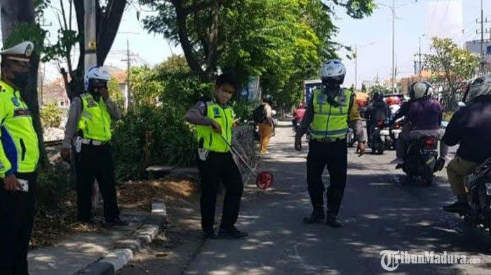 BREAKING NEWS - Nyalip Kendaraan dari Lajur Kiri,Pemuda Surabaya Tewas Terlindas Truk Kontainer