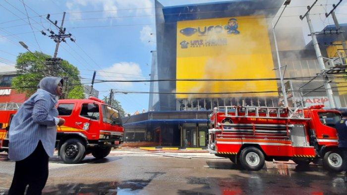 Breaking News - Toko Elektronik Ufo Surabaya Terbakar, Risma Ikut Berjibaku, Pejabat Pontang-panting