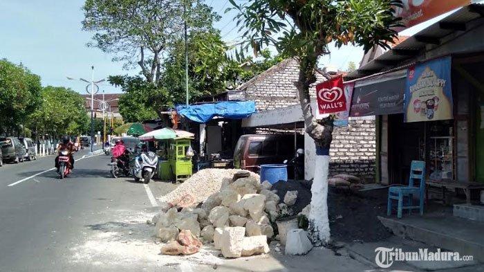 Satpol PP Sampang DatangiToko Kelontong di Pinggir Jalan, Tegur Pemilik KarenaTak PunyaSurat IMB