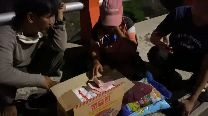 Konten Ferdian Paleka Dikecam, Kini Viral Aksi Beda Crazy Rich Surabayan BagikanKardus Mie Isi Uang