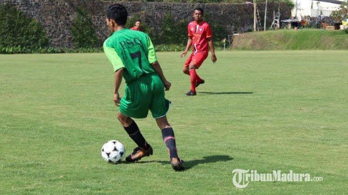 Torikul Munjasi, pemain Club Persatuan Sepak Bola Gulbung (PSG) Kabupaten Sampang, Madura.