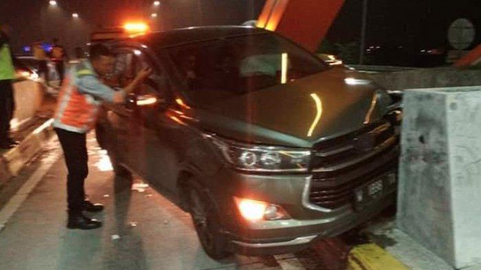 Tepat Detik-detik Tahun Baru 2020, Toyota Innova ini Hantam Pembatas Gerbang Tol Jombang-Mojokerto
