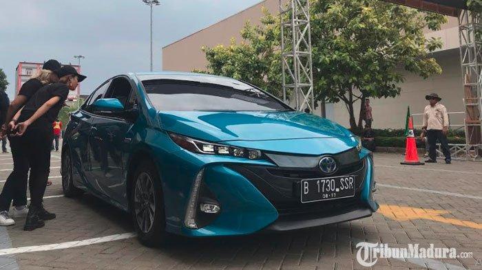 Mengenal Seri Terbaru Mobil Toyota Prius PHEV, Mesin BisaDiisi Daya Listrik atau Bensin