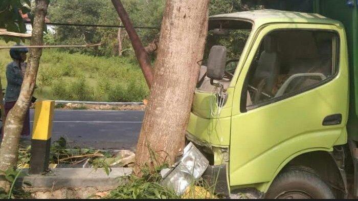 Kondisi Jalan Menurun dan Berkelok, Truk Fuso yang Disopiri Aries Hantam Pohon di Pamekasan