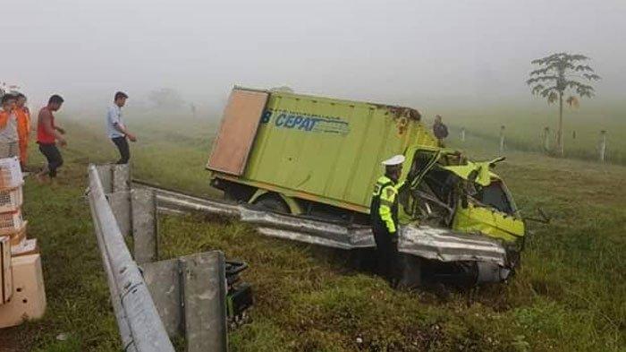 Truk Box Ekspedisi Hantam Pembatas Jalan Tol Solo-Ngawi, Diduga Pengemudi Mengantuk saat Berkendara