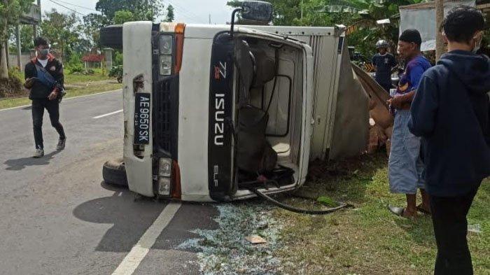 Kecelakaan Lalu Lintas di Jalan Raya Ponorogo-Pacitan, Truk Box Terguling, Sopir dan Kernet Terluka