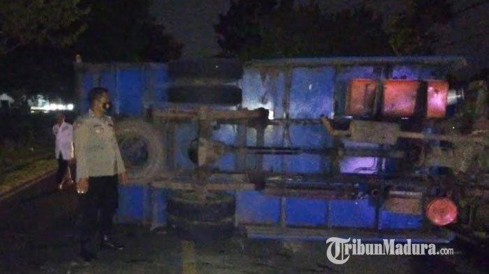 Truk Fuso Muat Puluhan Ton Garam Terguling di Jalan Raya Ambat Pamekasan, Berawal dari Ban Meletus