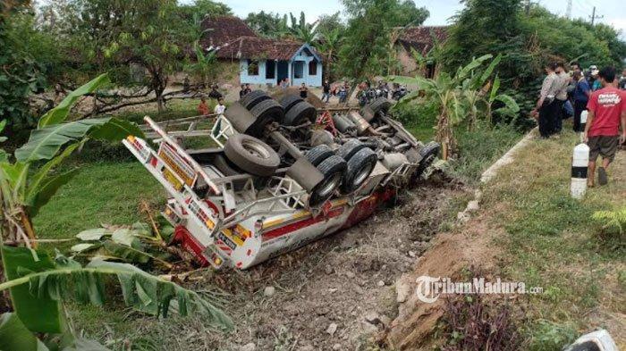 Sopir Kehilangan Kendali, Truk Tangki Pertamina di Madiun Terjun ke Parit, Bagian Depan Rusak Parah