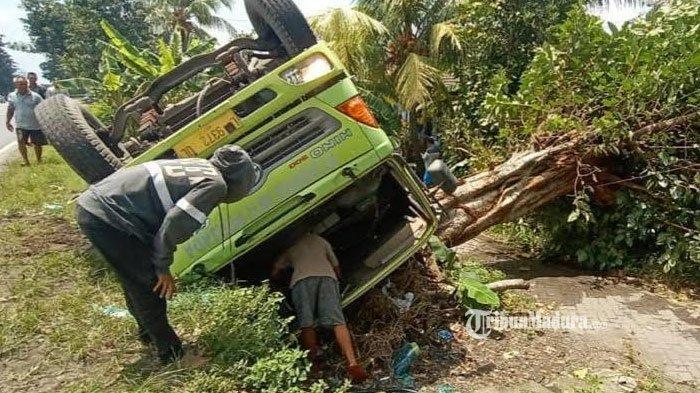 Hendak Ditinggal Pulang ke Rumah, Truk Tangki Muatan Cairan HCL Terguling di Sidoarjo, Sopir Terluka