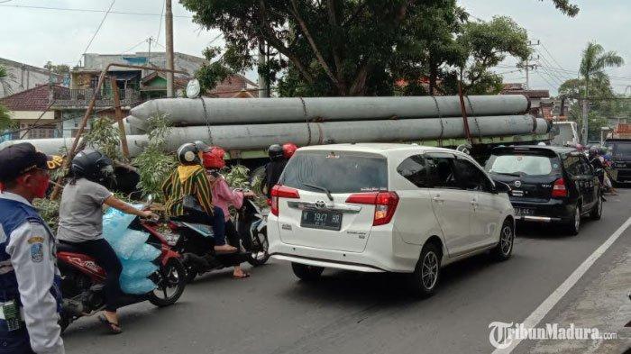 Bawa 8 Tiang Pancang, Truk Trailer Terlibat Kecelakaan Tunggal di Jalan Dr Mochammad Hatta Kota Batu