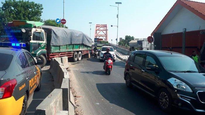 Rem Blong, Truk Tronton Hantam Pembatas Jalan, Area Jalan Pantura Gresik Alami Kepadatan Kendaraan