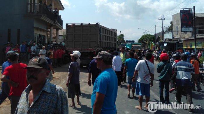 Truk Tabrak Rumah dan Warung di Malang, Lalu Lintasdari Arah BululawangMenujuTurenMacet