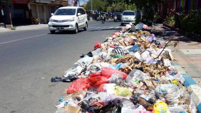 Tumpukan sampah meluber di bahu jalan di Kabupaten Pamekasan, Minggu (6/9/2020).